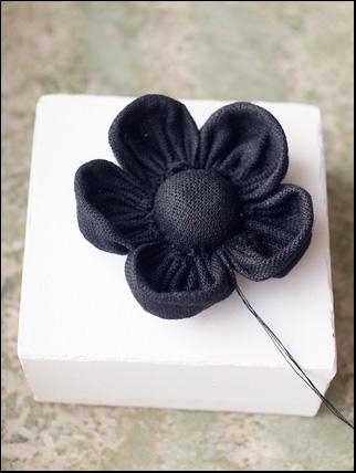 8 cm black flax flower